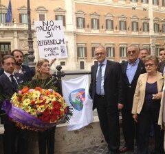 Italicum: i Popolari per l'Italia celebrano i funerali della Democrazia sotto Montecitorio