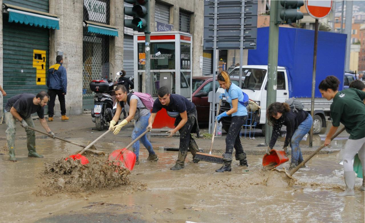 Genova_alluvione_volontari_puliscono_inf
