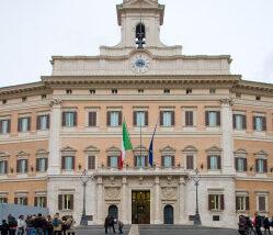 """I Popolari per l'Italia celebrano i """"funerali della democrazia"""""""